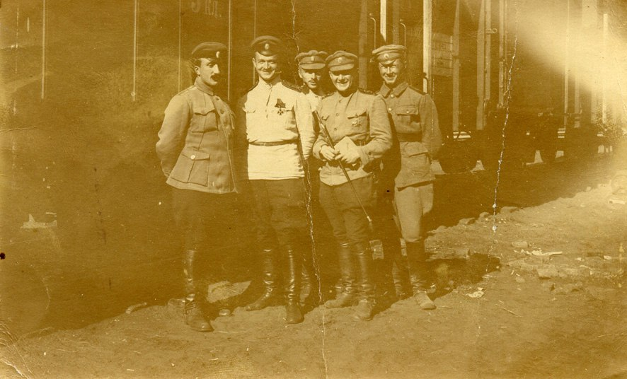 группа дроздовцев-артиллеристов у вагона
